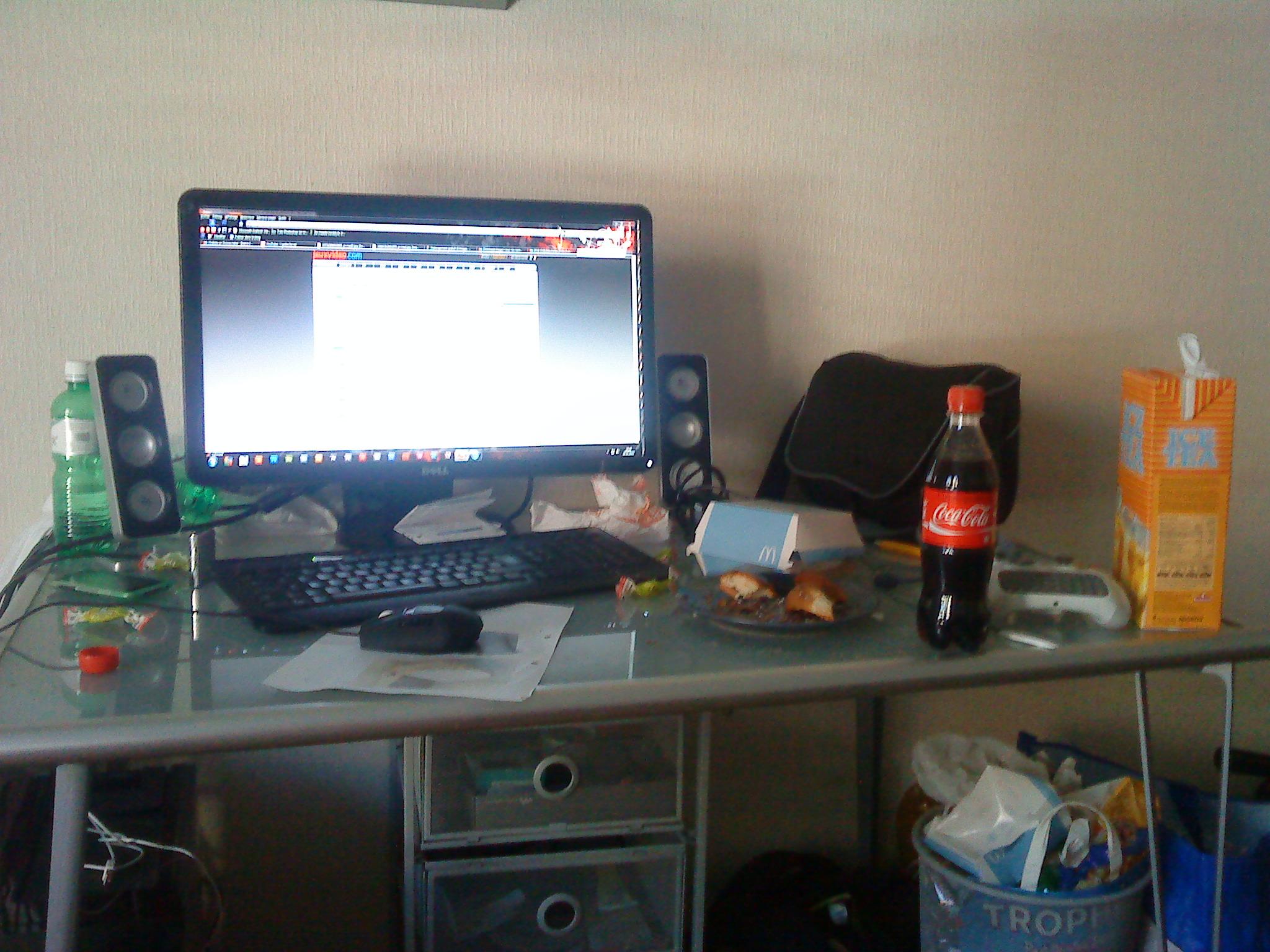 mon bureau de geek après nuit blanche sur le forum blabla 15-18 ans