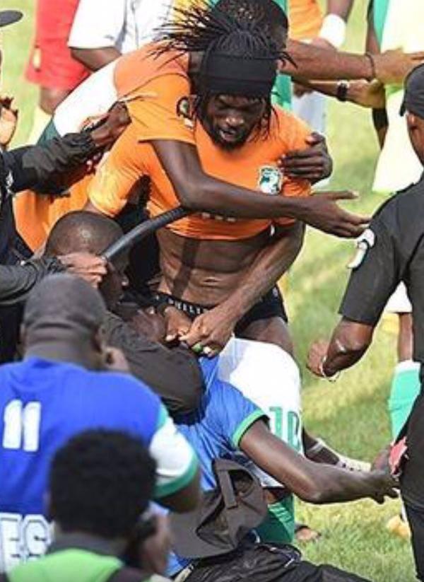 Joueurs de football sucer la bite