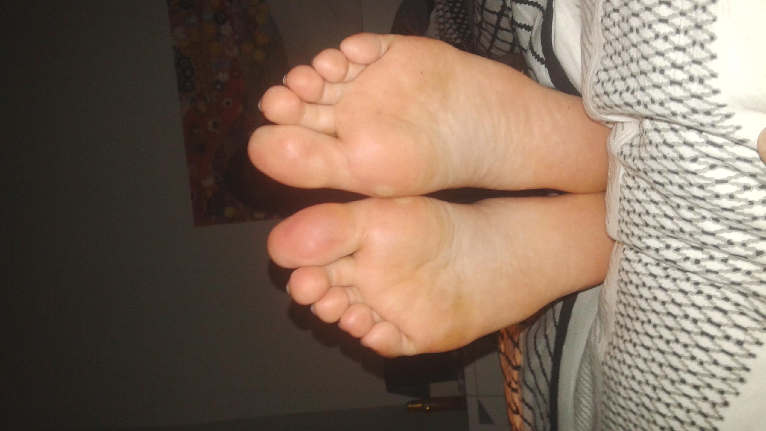 Fille lèche les pieds