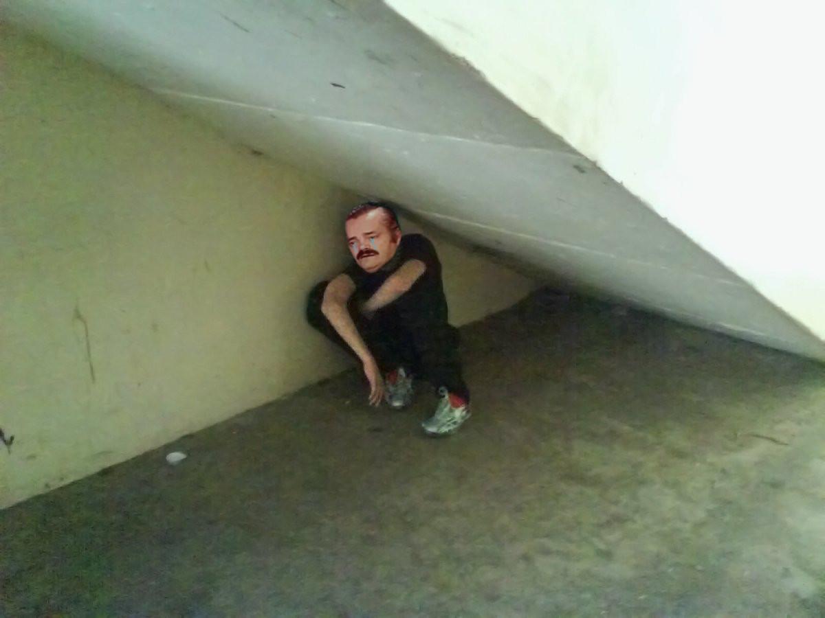 Sticker victime sous lescalier risitas escalier risitas triste triste pls