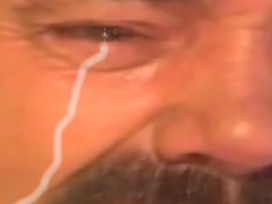 Sticker risitas pleure triste oeil larme zoom hd 4k