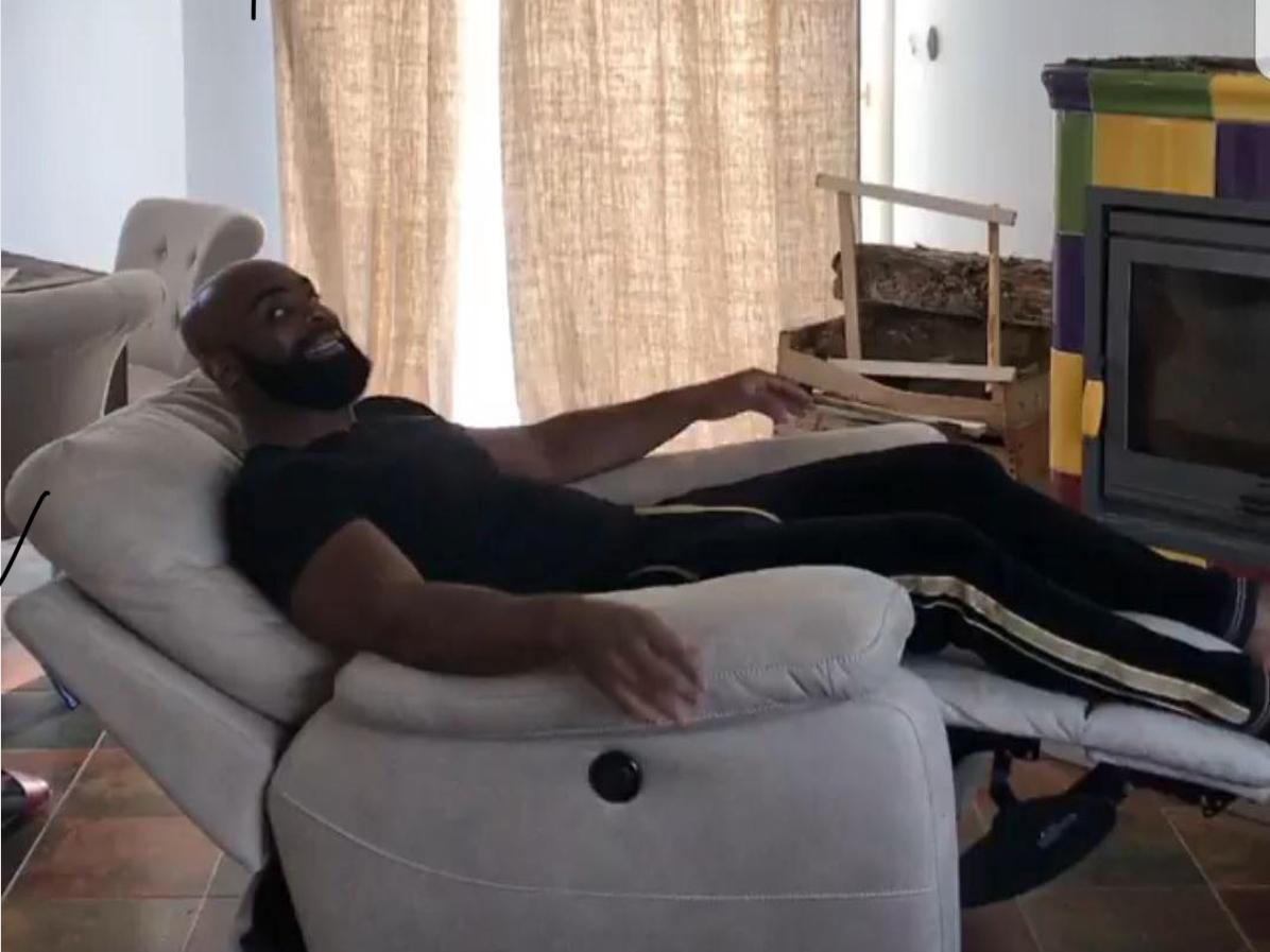 Sticker kaaris fauteuil heureux chateaudax rire tranquille a laise repos noir rap