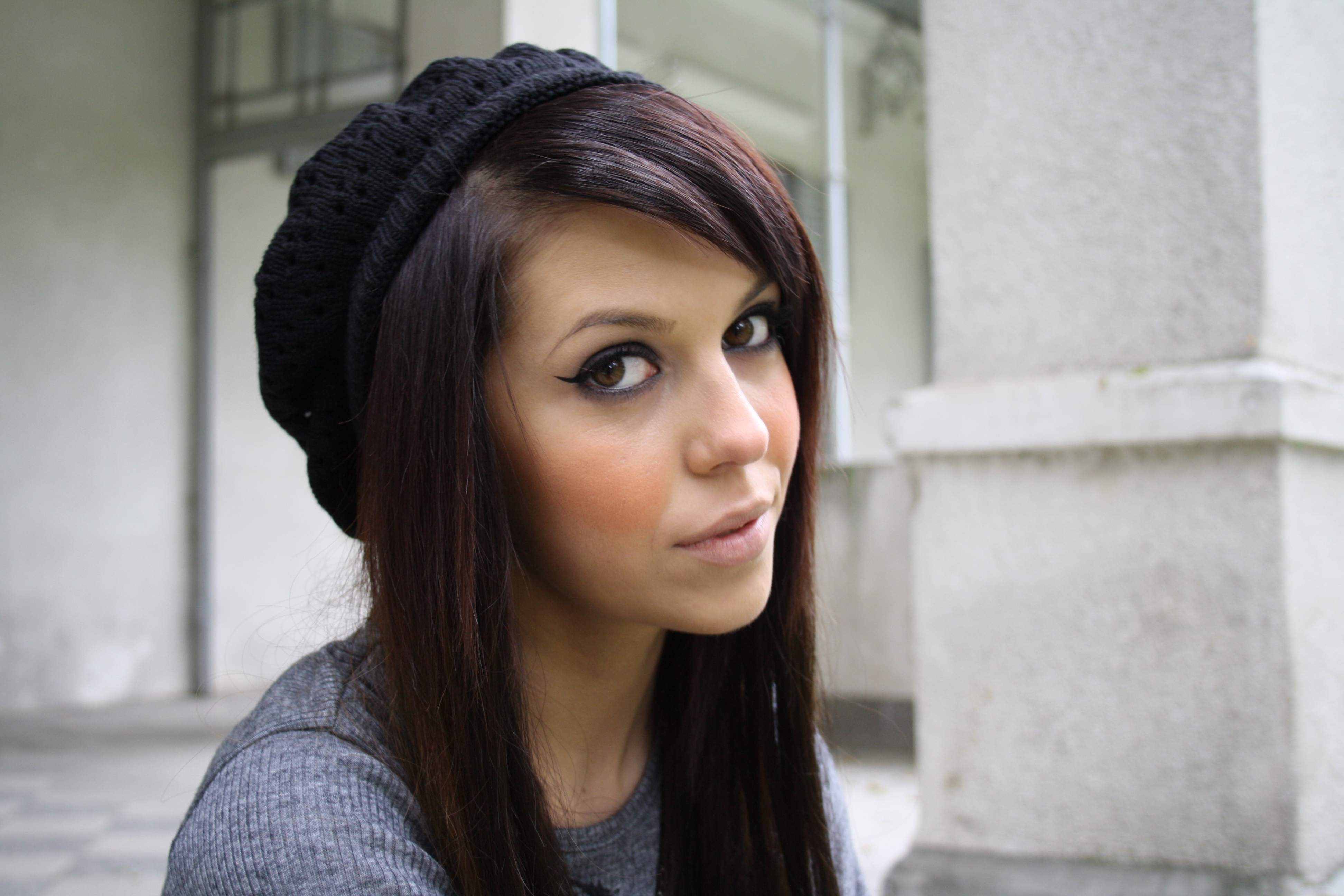 coiffure brune avec meche acajou violet cheveux brun couleur de tattoo. Black Bedroom Furniture Sets. Home Design Ideas