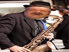 https://image.noelshack.com/minis/2017/16/1492452931-vieil-homme-musicien-joueur-de-saxophone.png