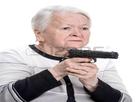 https://image.noelshack.com/minis/2018/05/4/1517485215-26742811-vieille-femme-avec-pistolet-sur-un-fond-blanc-iloveimg-resized.png
