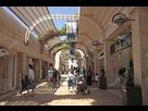 https://image.noelshack.com/fichiers/2019/21/2/1558449246-depositphotos-82859882-stock-photo-people-at-modern-mamilla-shopping.jpg