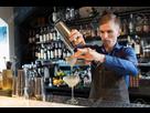 http://www.noelshack.com/2019-48-2-1574726302-76421668-barman-avec-shaker-preparant-un-cocktail-au-bar.jpg