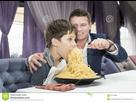 https://www.noelshack.com/2021-07-2-1613503559-dad-feeding-his-son-spaghetti-restaurant-87744096.jpg
