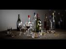 https://www.noelshack.com/2021-26-3-1625048575-plan-sur-une-table-avec-des-bouteilles-et-des-verres-vides-bandeau.jpg
